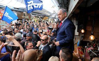Πέμπτη πρωθυπουργική θητεία διεκδικεί στις σημερινές εκλογές του Ισραήλ ο Μπέντζαμιν Νετανιάχου, παρά τις κατηγορίες για διαφθορά που έριξαν σκιές στην προεκλογική εκστρατεία του. Οι τελευταίες δημοσκοπήσεις προέβλεπαν σκληρή μάχη με τον κεντρώο συνασπισμό της αντιπολίτευσης υπό τον πρώην αρχηγό του στρατού Μπένι Γκαντς.