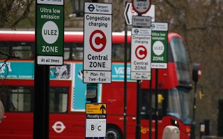 Λεωφορείο εισέρχεται στη Ζώνη Χαμηλών Εκπομπών του Λονδίνου, μία από τις πρώτες στον κόσμο.