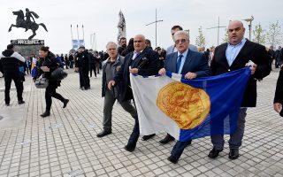 Ο ακτιβιστής της εξωκοινοβουλευτικής Λαϊκής Δεξιάς Π. Ψωμιάδης στο συλλαλητήριο των οπαδών του ΠΑΟΚ κατά της συμφωνίας των Πρεσπών. Αν κρίνω από το βήμα ταχύ, σχεδόν υψίσυχνο, του κ. Ψωμιάδη και μάλιστα σε αξιοθαύμαστο συντονισμό με τον Βουκεφάλα στο βάθος αριστερά, η φωτογραφία πρέπει να ελήφθη κατά την εσπευσμένη αποχώρησή του από το συλλαλητήριο, καθώς οι παοκτζήδες τον εξεδίωξαν ως ανεπιθύμητο. Εξαίρετη η επιλογή των δύο παραστατών του κ. Ψωμιάδη, ώστε ο ίδιος να δείχνει κομψός, φίνος, σχεδόν αιθέριος...