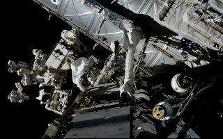 Διαστημικό περίπατο πραγματοποίησε χθες ο Καναδός αστροναύτης Ντέβιντ Σεντ Ζακ. Οπως αποδείχθηκε, ο ΔΔΣ βρίθει μικροβίων.