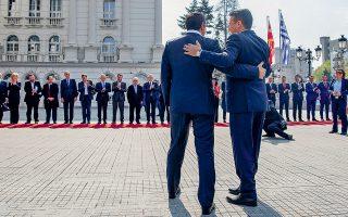 Ο Ζόραν Ζάεφ ποντάρει επικοινωνιακά στα οφέλη –επενδύσεις και ασφάλεια– από τη συμφωνία των Πρεσπών που έφερε στις «βαλίτσες» του ο Αλέξης Τσίπρας, στην πρώτη επίσκεψη του Ελληνα πρωθυπουργού μετά τη μετονομασία της γείτονος σε Βόρεια Μακεδονία.
