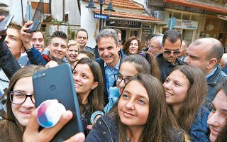 Οι νέοι είναι μία από τις πληθυσμιακές ομάδες (μαζί με τους δημόσιους και τους ιδιωτικούς υπαλλήλους) στις οποίες εστιάζει η Πειραιώς, καθώς εκτιμά ότι στις ομάδες αυτές έχει πέραση η «προπαγάνδα» του ΣΥΡΙΖΑ (φωτ. από την περιοδεία Μητσοτάκη στην Αιτωλοακαρνανία).