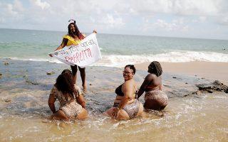 «Να σέβεστε». Το δικαίωμά τους στο να απολαμβάνουν τα κιλά τους (για εκείνες όλα απαραίτητα και όχι παραπανίσια) διατρανώνουν οι εικονιζόμενες λουόμενες. Εχοντας να καταρρίψουν ένα σωρό στερεότυπα οι Βραζιλιάνες της φωτογραφίας  ίδρυσαν κίνημα με όνομα «Θα είμαστε παχουλές, να μας σέβεστε» έβαλαν τα μαγιό τους και διαδηλώνουν στις παραλίες της Μπαχίας. Respect! REUTERS/Nacho Doce