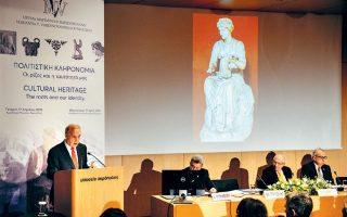 Ο καθηγητής Νίκος Σταμπολίδης, διευθυντής του Μουσείου Κυκλαδικής Τέχνης, ήταν ο κύριος ομιλητής της εκδήλωσης.