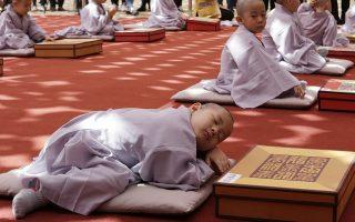 Βαριά η καλογερική. Για τρεις ολόκληρες εβδομάδες τα μικρά παιδιά θα μείνουν στον ναό. Με  αφορμή την 2.563η επέτειο των γενεθλίων του Βούδα, οι μικροί ξύρισαν το κεφάλι τους πήραν άλλο όνομα και ετοιμάστηκαν για να μπουν στον ναό Joqye στην Νότιο Κορέα για να έχουν από πρώτο χέρι μια εμπειρία της μοναστικής ζωής. (AP Photo/Ahn Young-joon)