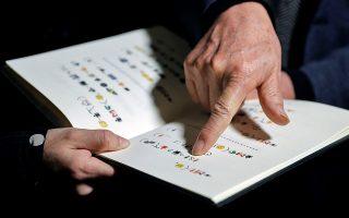 Χωρίς λέξεις. Το βιβλίο του δείχνει ο Κινέζος καλλιτέχνης Xu Bing που το έγραψε εξ ολοκλήρου με την χρήση emoticons. Το βιβλίο παρουσιάστηκε στην Βαλένθια στο πλαίσιο της έκθεσης  «Xu Bing. Art for the People» χωρίς όμως να αποκαλύπτεται το θέμα του βιβλίου. EPA/Manuel Bruque