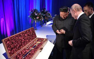 Για να μην τσακωθούμε. Εμείς το έχουμε ως έθιμο όταν μας χαρίζουν αρώματα. Δίνουμε πίσω ένα χαμηλής αξίας κέρμα για να «ξορκίσουμε» τον καβγά που φέρνει λένε το άρωμα. Στην ανατολή πρέπει να το έχουν αυτό με τα σπαθιά (πιο λογικό ακούγεται). Ετσι όταν παρουσίασε ο μεγάλος ηγέτης  Kim Jong-un  την περίτεχνη και πανάκριβη σπάθα- δώρο στον Putin εκείνος του έδωσε ένα δεκαράκι στο χεράκι για το καλό, τηρώντας  το έθιμο. Η συνάντηση των δύο έγινε στο Βλαδιβοστόκ. EPA/ALEXEY NIKOLSKY / SPUTNIK