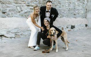 Τα νέα μέλη της οικογένειας. Μαζί στην ζωή, μαζί και στον γάμο. Ο λόγος για τους σκύλους που στην αντίπερα όχθη του Ατλαντικού και όχι μόνο, συμμετέχουν ενεργά όχι μόνο στις γαμήλιες φωτογραφίες των αφεντικών τους αλλά και στην τελετή την ίδια ως ενεργά και πολύ αγαπητά μέλη της οικογένειας. Στην φωτογραφία οι νεόνυμφοι Lindsay και Kyle Hofer από την Μινεάπολη μαζί με τον Carter και φυσικά την κυρία  Lara Leinen  της υπηρεσίας Doggy Social, που φρόντιζε τον σκύλο καθ΄όλη την διάρκεια της τελετής και της δεξίωσης, καθώς η  νέα μόδα δημιούργησε και μια ανάγκη που αποφέρει  εργασία και κέρδος. (Russell Heeter Photography/Lara Leinen via AP)
