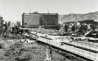 Το ξενοδοχείο υπό κατασκευή, το 1962, σημείο αναφοράς της πρωτεύουσας από τότε. © Αρχείο Κ. Μεγαλοκονόμου, © Φωτογραφικά Αρχεία Μουσείου Μπενάκη