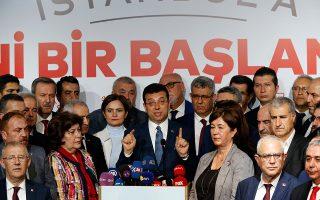 Ο νικητής των εκλογών στην Κωνσταντινούπολη Εκρέμ Ιμάμογλου κάνει δηλώσεις σε εκπροσώπους του Τύπου.