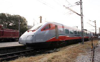 Πληροφορίες θέλουν την ΤΡΑΙΝΟΣΕ να αναζητάει το τρένο με το οποίο θα εκτελείται το γρήγορο δρομολόγιο, παρά το γεγονός ότι το περασμένο φθινόπωρο η ΤΡΑΙΝΟΣΕ είχε φέρει στην Αθήνα το περίφημο «Ασημένιο Βέλος». Σε αυτή τη φάση, ωστόσο, υπάρχουν συζητήσεις για το εάν τελικά το τρένο που θα δρομολογηθεί θα είναι το «Ασημένιο Βέλος» ή η ελληνική ηλεκτράμαξα της ΓΑΙΑΟΣΕ.