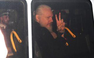 Ο ιδρυτής των WikiLeaks, Τζούλιαν Ασάντζ, μεταφέρεται στο δικαστήριο του Λονδίνου, μετά την έξωσή του από την πρεσβεία του Εκουαδόρ, όπου είχε καταφύγει από το 2012. Οι ΗΠΑ ζήτησαν την έκδοσή του ώστε να δικαστεί για τη δημοσίευση διαβαθμισμένων εγγράφων.