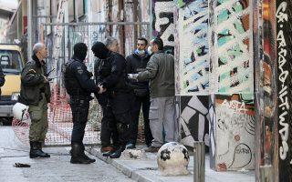 Η επιχείρηση της ΕΛ.ΑΣ. πραγματοποιήθηκε χθες το πρωί σε δύο υπό κατάληψη κτίρια της οδού Τζαβέλλα, στα Εξάρχεια.