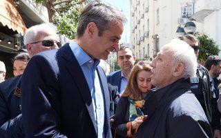 Ο Κυριάκος Μητσοτάκης έκανε χθες βόλτα σε κεντρικούς δρόμους του Πειραιά και, μεταξύ άλλων, συνομίλησε με πολίτες.