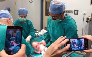 Οι γιατροί χρησιμοποίησαν ένα ωάριο από τη μητέρα, τα σπερματοζωάρια του πατέρα και άλλο ένα ωάριο από μία δότρια.