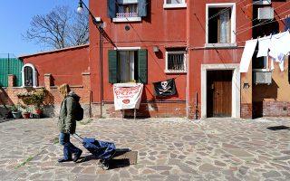 H Πατρίτσια Ζανιόλ, 56 ετών, περπατάει στην περιοχή Καζέτε της Βενετίας, όπου έχει καταλάβει παρανόμως ένα διαμέρισμα.