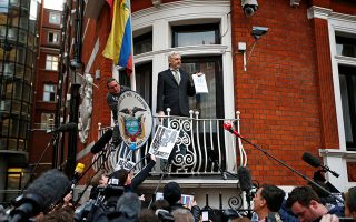2016: Ο Τζούλιαν Ασάντζ κρατάει αντίγραφο της απόφασης του ΟΗΕ, σύμφωνα με την οποία ο συνεχιζόμενος περιορισμός του στην πρεσβεία συνιστά αυθαίρετη κράτηση.