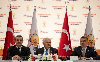 Ο υποψήφιος του ΑΚΡ για τη δημαρχία της Κωνσταντινούπολης Μπιναλί Γιλντιρίμ (κέντρο), σε συνέντευξη Τύπου.