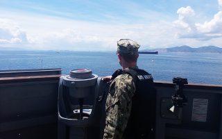 Βάρδια στη γέφυρα του αντιτορπιλικού «USS Mitscher», το οποίο βρίσκεται ελλιμενισμένο στον Πειραιά, στο πλαίσιο της απόφασης για αύξηση της αμερικανικής στρατιωτικής παρουσίας σε ελληνικά λιμάνια.