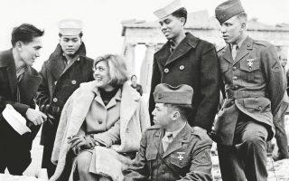 Η Μελίνα Μερκούρη με Αμερικανούς ενστόλους στην Ακρόπολη το 1965, κατά τα γυρίσματα του ντοκιμαντέρ «Η Ελλάδα της Μελίνας» του BBC.