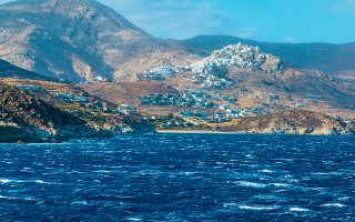 Θάλασσα σκούρα μπλε με λευκά «προβατάκια» ανοικτά της Σερίφου.