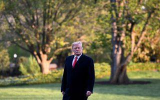 Ο Αμερικανός πρόεδρος Ντόναλντ Τραμπ επιστρέφει στον Λευκό Οίκο ύστερα από σύντομη απουσία.