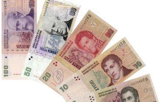 Κατά τη διάρκεια του 2018, το πέσο απώλεσε το ήμισυ της αξίας του, παρά το γεγονός ότι η κεντρική τράπεζα δαπάνησε πάνω από 25 δισ. δολάρια για τη στήριξή του. Μέσα στο δ΄ τρίμηνο του 2018, η ανάπτυξη στην Αργεντινή υποχώρησε κατά 6,2% και η ανεργία αυξήθηκε στο 9,1%.