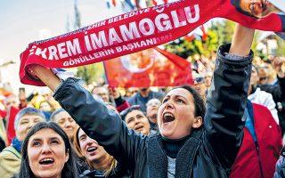 Υποστηρικτές της αντιπολίτευσης ζητούν την εγκατάσταση του Ιμάμογλου στη δημαρχία της Κωνσταντινούπολης.