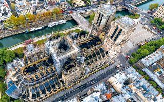 Εναέρια φωτογραφία της Παναγίας των Παρισίων, στην οποία φαίνονται οι τρεις οπές στην πέτρινη οροφή. Κομβική για τη διάσωση του ναού ήταν η μάχη που έδωσαν οι πυροσβέστες από το εσωτερικό των πύργων, προκειμένου να μην καεί ο ξύλινος σκελετός που στηρίζει τις καμπάνες.