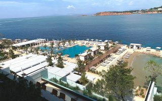Μετάτην ολοκλήρωση της πρώτης φάσης του επενδυτικού πλάνου ύψους 140 εκατ. ευρώ, το Four Seasons Astir Palace Hotel Athens ξεκίνησε με πληρότητα που φτάνει το 100% τα Σαββατοκύριακα. Το επενδυτικό σχέδιο, το οποίο συνολικά ανέρχεται σε 650 εκατ. μαζί με το κόστος εξαγοράς του συγκροτήματος, περιλαμβάνει την ανάπτυξη έως και 13 πολυτελών ιδιωτικών κατοικιών, συμπληρώνοντας με αυτόν τον τρόπο την ευρύτερη ανάδειξη του προορισμού.