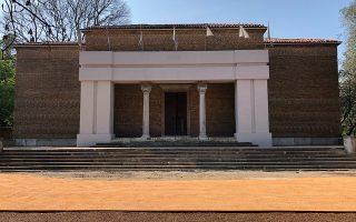 Η εγκατάσταση «Παραχώρηση» του Ζάφου Ξαγοράρη παρεμβαίνει στον χώρο, αλλοιώνοντας την αρχιτεκτονική του ελληνικού περιπτέρου με μια ανακατασκευή.