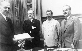Από αριστερά: ο Γερμανός υφυπουργός Εξωτερικών Φρίντριχ Γκάους, ο Γερμανός υπουργός Εξωτερικών Γιόακιμ φον Ρίμπεντροπ, ο Σοβιετικός ηγέτης Ιωσήφ Στάλιν και ο υπουργός Εξωτερικών της Σοβιετικής Ένωσης Βιάτσεσλαβ Μιχαήλοβιτς Μολότωφ (AP Images).