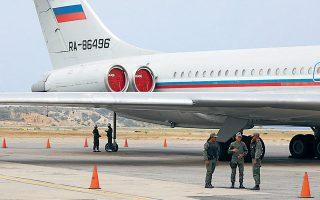 Στρατιώτες της Βενεζουέλας φρουρούν ρωσικό αεροσκάφος στο αεροδρόμιο «Σιμόν Μπολιβάρ» του Καράκας.