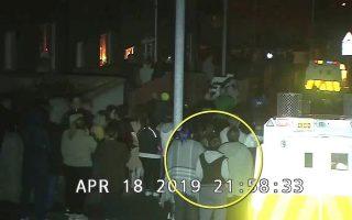 Στιγμιότυπο από κάμερες ασφαλείας στο οποίο η Λάιρα ΜακΚι φαίνεται να στέκεται κοντά σε όχημα της αστυνομίας κατά τη διάρκεια των διαδηλώσεων στο Ντέρι. (EPA/PSNI HANDOUT)