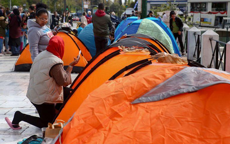 ΥΜΕΠΟ: Να μεταφερθούν σε διαθέσιμες θέσεις φιλοξενίας οι πρόσφυγες στο Σύνταγμα