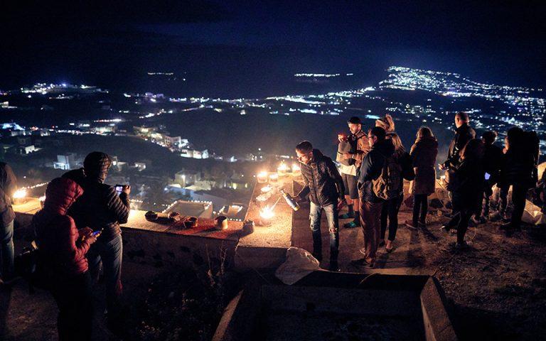 Τη Μεγάλη Παρασκευή, ο Πύργος Σαντορίνης «παίρνει φωτιά» από χιλιάδες αναμμένα τενεκεδάκια. (Φωτογραφία: ΓΙΩΡΓΟΣ ΤΣΑΦΟΣ)