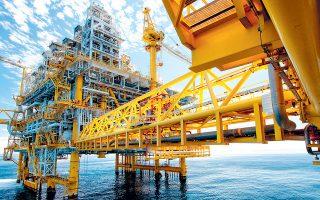 Στις αγορές εμπορευμάτων, σε θετικό έδαφος ολοκλήρωσαν τις συναλλαγές οι τιμές του πετρελαίου, με την τιμή του Brent να κλείνει κοντά σε υψηλά έτους (72 δολάρια/βαρέλι), με εβδομαδιαία άνοδο 1,2%, διανύοντας την έβδομη διαδοχική εβδομάδα κερδών.