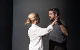 Ο «Κύκλος του έρωτα» σε σκηνοθεσία Θωμά Μοσχόπουλου θα ανεβεί στο Δημοτικό Θέατρο Πειραιά.