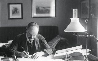 Το 1916, όταν o χαρισματικός Καρλ Σβάρτσιλντ (φωτ.) προέβλεψε την ύπαρξη μαύρων τρυπών, ο Αϊνστάιν, παρά τον θαυμασμό του προς τους υπολογισμούς του Σβάρτσιλντ, απέρριψε κάθε τέτοιο ενδεχόμενο, θεωρώντας ότι η φύση θα είχε κάποια ασφαλιστική δικλίδα ώστε να μην επιτρέψει μια τέτοια τερατωδία.