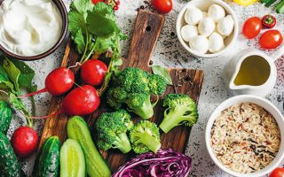 Ενώ οι βόρειοι λαοί της Ευρώπης υιοθετούν τη μεσογειακή διατροφή, εμείς της γυρίζουμε την πλάτη.