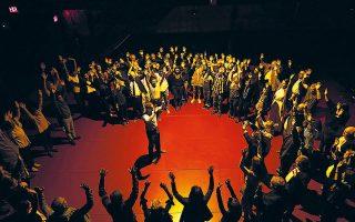 Μία από τις πιο δυνατές στιγμές του φεστιβάλ ήταν η διαδραστική παράσταση «The Fever» στο La MaMa.