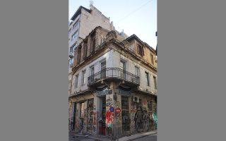 Κτίριο στη γωνία των οδών Παλλάδος και Καλαμίδα, κοντά στην Αθηνάς και στον Αγιο Δημήτριο.