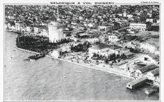 Αεροφωτογραφία (L' image de la guerre, 1916) του Λευκού Πύργου. «Το πανόραμα αυτό μας κάνει να ονειρευόμαστε μια πόλη εξωτική».
