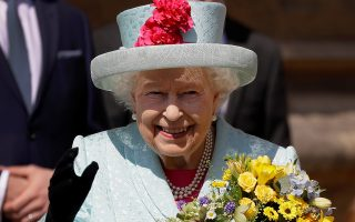Η βασίλισσα Ελισάβετ Β΄ του Ηνωμένου Βασιλείου γιόρτασε την Κυριακή τα 93α γενέθλιά της, συμμετέ-χοντας με άλλα μέλη της βασιλικής οικογενείας στη λειτουργία του Πάσχα, στο παρεκκλήσιο του Αγίου Γεωργίου στο Ουίνδσορ. Η Ελισάβετ Β΄ είναι η γηραιότερη μονάρχης και με τη μεγαλύτερη θητεία παγκοσμίως. Από την τελετή, ωστόσο, απουσίαζε η Μέγκαν Μαρκλ, σύζυγος του εγγονού της βασίλισσας, πρίγκιπα Χάρι, η οποία διανύει τον ένατο μήνα της εγκυμοσύνης της.