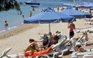 Ολοένα και περισσότεροι Βρετανοί σπεύδουν να κλείσουν πακέτα διακοπών στην Ελλάδα, αναφέρουν μεγάλες ξενοδοχειακές αλυσίδες.