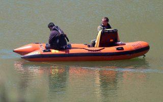 Απαιτητικές οι επιχειρήσεις για τον εντοπισμό της σορού της 6χρονης, λόγω ιδιομορφίας του πυθμένα της λίμνης Μεμί.
