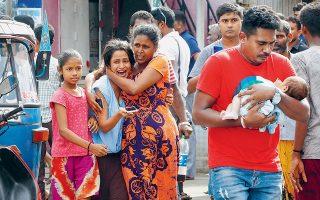 Τρόμος, ανησυχία, φροντίδα για ένα μωρό που δεν πρέπει να ταραχτεί. Ολη η γκάμα συναισθημάτων στα πρόσωπα ανθρώπων που βρέθηκαν κοντά σε μία από τις συντονισμένες επιθέσεις της Κυριακής στη Σρι Λάνκα, στις οποίες έχασαν τη ζωή τους περίπου 300 άνθρωποι σε εκκλησίες και ξενοδοχεία. Οι δυνάμεις ασφαλείας της χώρας, οι οποίες αγνόησαν σειρά προειδοποιήσεων για τη μικρή άγνωστη τζιχαντιστική οργάνωση που θεωρείται υπεύθυνη για τις επιθέσεις, ανακοίνωσαν ότι αναλαμβάνουν έκτακτες εξουσίες.