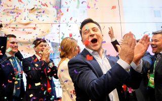 Ο εντολοδόχος πρόεδρος Βολοντιμίρ Ζελένσκι πανηγυρίζει τη νίκη του το βράδυ της Κυριακής στο Κίεβο.