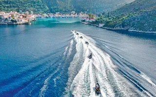 Τα φουσκωτά σκάφη της Οργάνωσης μπαίνουν στο Καστελλόριζο.