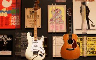 Οι κιθάρες του Τζίμι Χέντριξ (αριστερά) και του Ερικ Κλάπτον από την έκθεση «Play It Loud:  Instruments of Rock & Roll».